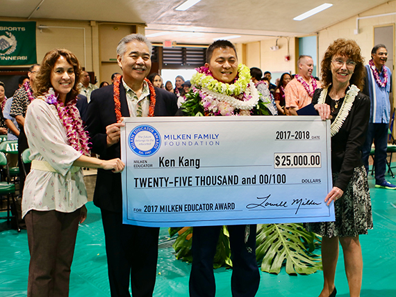 Photo of Ken Kang receiving the $25,000 award check from Supt. Christina Kishimoto, Gov. David Ige and Milken VP Jane Foley.