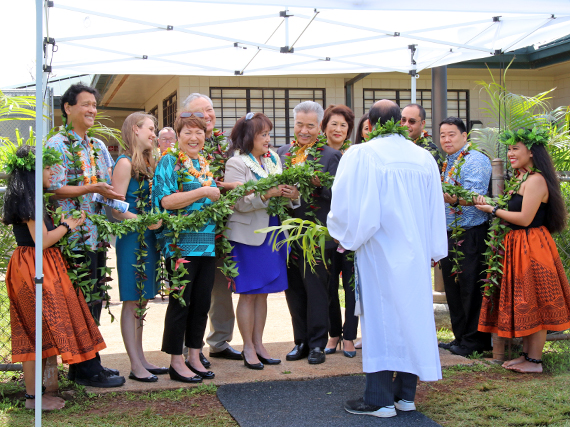 Photo of Governor Ige, Principal Chung & dignitaries untying Maile lei.